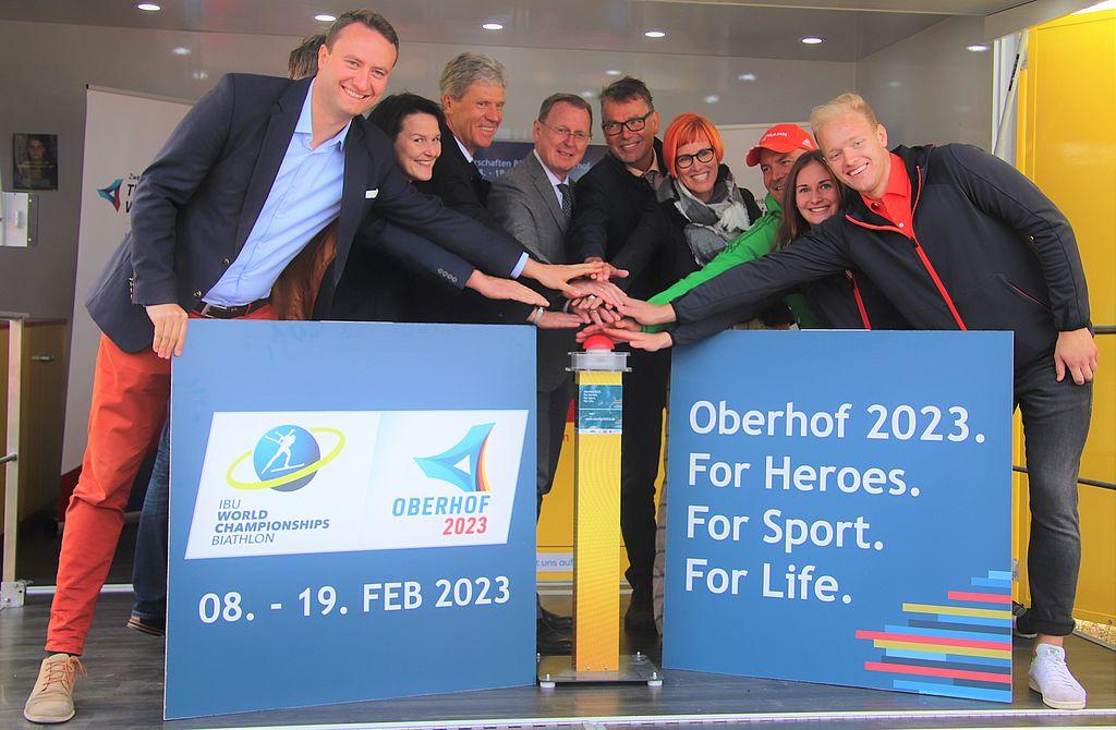 Gruppenfoto mit den Beteiligten zum Spatenstich an der Lotto Thüringen Arena am Rennsteig