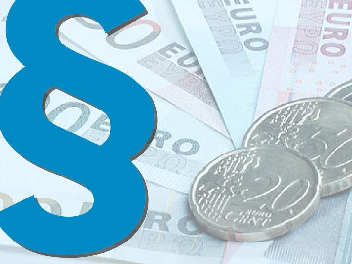 Paragrafenzeichen mit Euroscheinen im Hintergrund